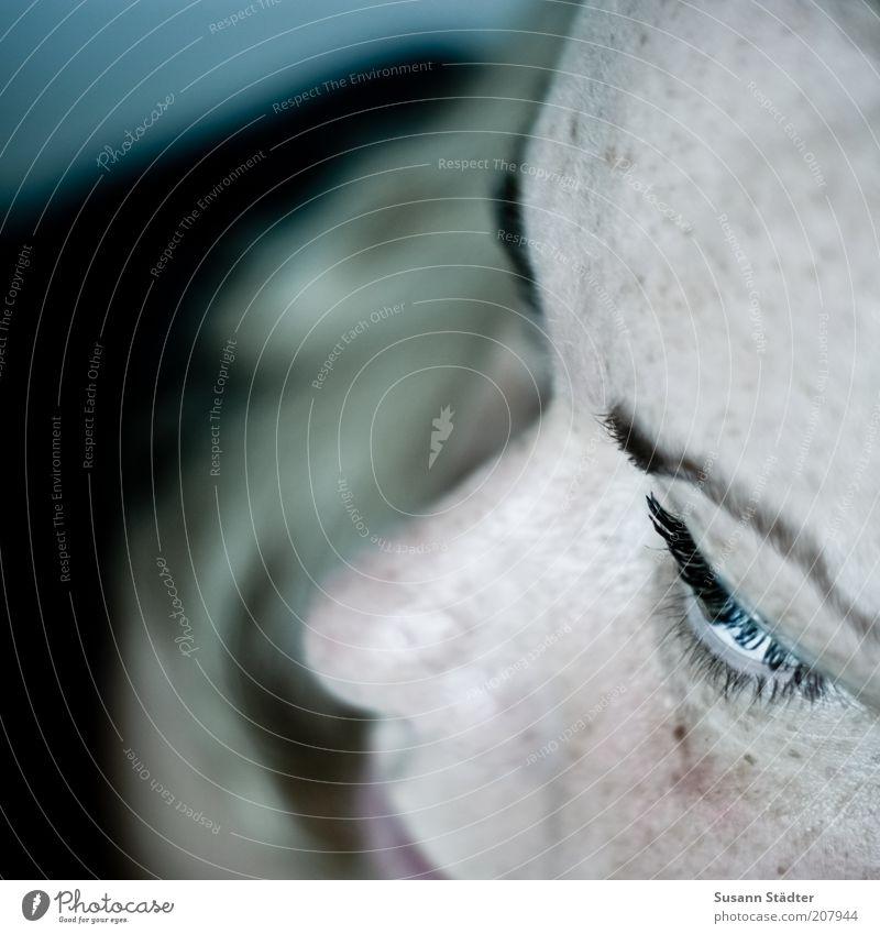 was immer es ist Frau Erwachsene Kopf Gesicht Auge 18-30 Jahre Jugendliche Blick Wimpern Augenbraue Sommersprossen Gedanke Traurigkeit Einsamkeit nachdenklich