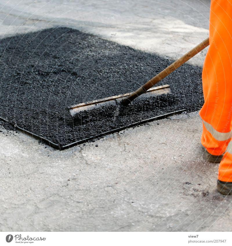 Quadrat im Bau Mann Straße Arbeit & Erwerbstätigkeit Beine orange Erwachsene Ordnung authentisch Baustelle Asphalt machen bauen Werkzeug Straßenbelag