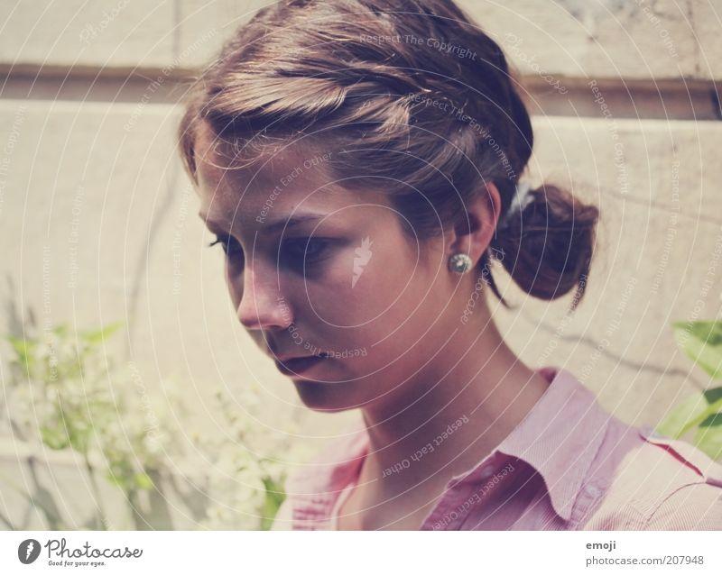 Köpfchen Mensch Jugendliche schön Sommer Einsamkeit feminin Wand Kopf Traurigkeit Denken rosa Fassade natürlich Schönes Wetter langhaarig Zopf
