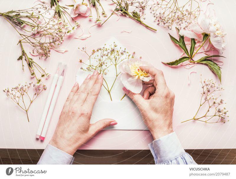 Weibliche Hände machen schönes Blumen Geschenk Lifestyle Stil Design Freizeit & Hobby Dekoration & Verzierung Feste & Feiern Valentinstag Muttertag Hochzeit