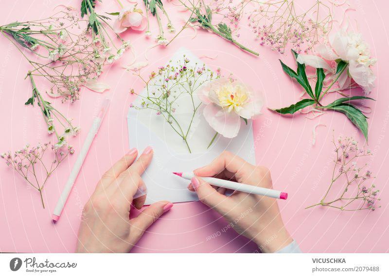 Weibliche Hände schreiben Grußkarte mit Blumen Mensch Frau Sommer Hand Erwachsene Lifestyle Liebe feminin Stil Feste & Feiern Design rosa