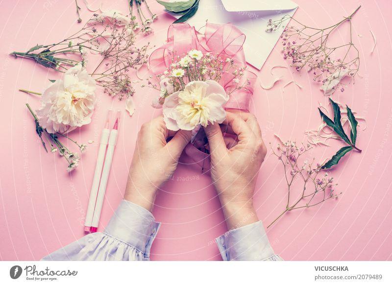 Weibliche Hände machen schöns Blumendeko Mensch Natur Pflanze Hand Freude Lifestyle Liebe feminin Stil Feste & Feiern rosa Design Dekoration & Verzierung