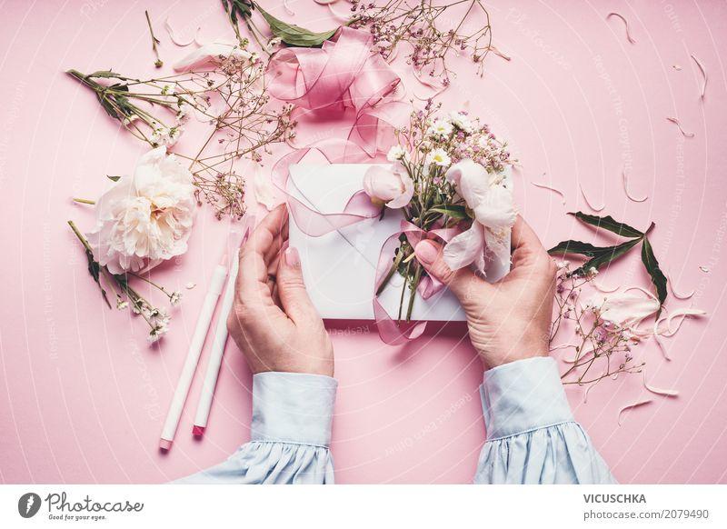 Weibliche Hände machen schöne Grußkarte mit Blumen Mensch Frau Natur Pflanze Hand Blatt Freude Erwachsene Lifestyle Blüte Liebe Gefühle feminin Stil