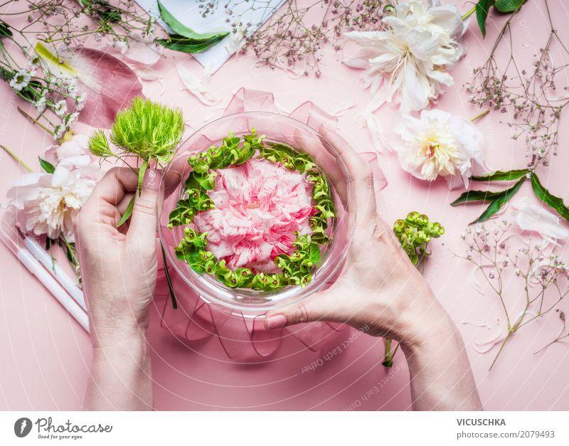 Weibliche Hände machen schönen Blumenschmuck Mensch Frau Natur Pflanze Hand Blatt Erwachsene Lifestyle Blüte Innenarchitektur feminin Stil Feste & Feiern rosa