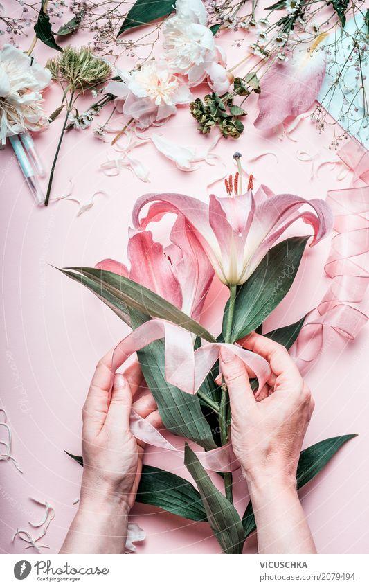 Weibliche Hände machen schönen rosa Blumenstrauß Mensch Frau Natur Pflanze Hand Blatt Erwachsene Lifestyle Blüte Liebe feminin Stil Feste & Feiern Design