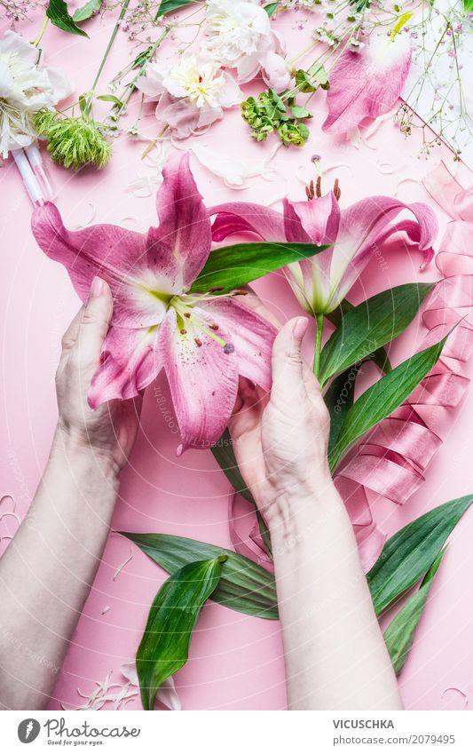 Weibliche Hände halten schöne große rosa Lilie Blumen Mensch Natur Pflanze Hand Blatt Lifestyle Blüte Liebe feminin Stil Feste & Feiern Design Freizeit & Hobby