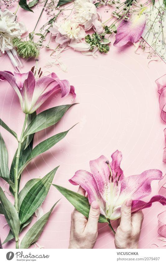 Weibliche Hände halten Lilie Blumen Lifestyle Stil Design Freizeit & Hobby Dekoration & Verzierung Feste & Feiern Valentinstag Muttertag Hochzeit Geburtstag