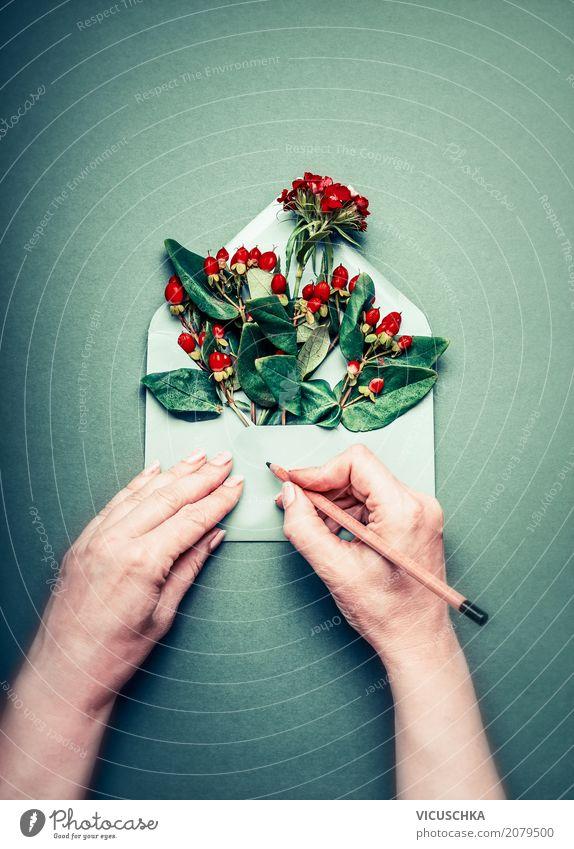 Weibliche Hände schreiben Grußkarte , Umschlag mit Blumen Lifestyle Stil Design Tisch Feste & Feiern Valentinstag Muttertag Geburtstag Mensch Frau Erwachsene