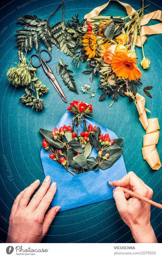 Hände schreiben auf geöffnetem Briefumschlag mit Blumen Lifestyle Stil Design Dekoration & Verzierung Feste & Feiern Oktoberfest Erntedankfest Büro Mensch