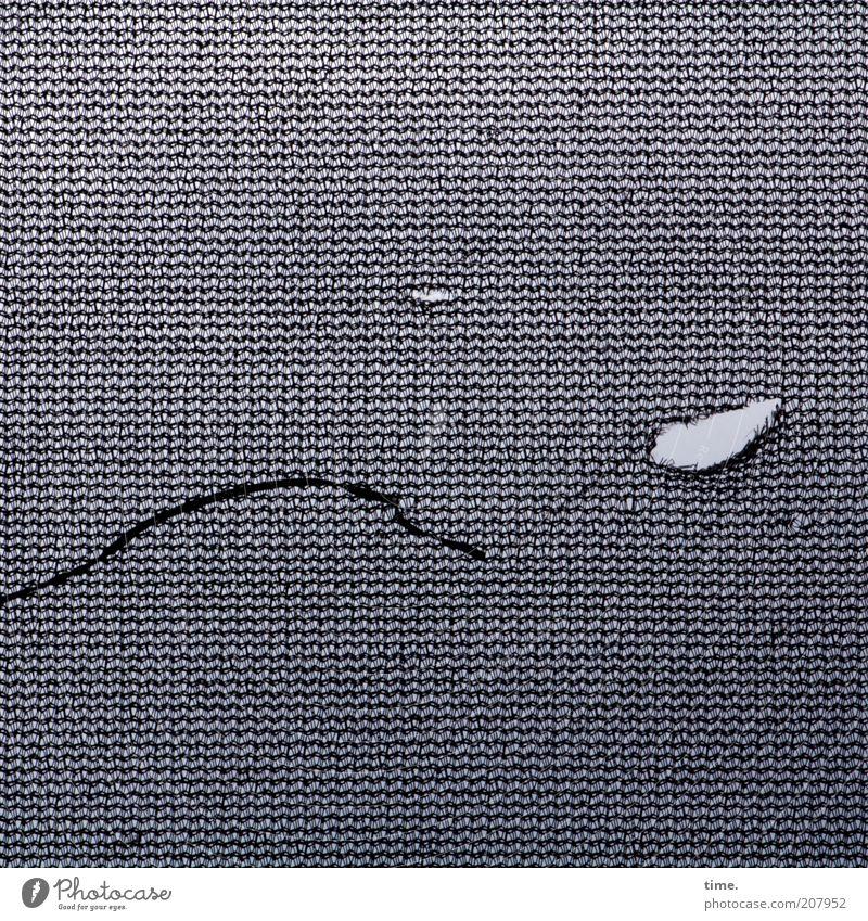 [H10.1] - Laufmasche Kunststoff Streifen außergewöhnlich dreckig dünn grau Netz Loch Quadrat kleinteilig filigran Riss kaputt gerissen Schlaufe Teile u. Stücke