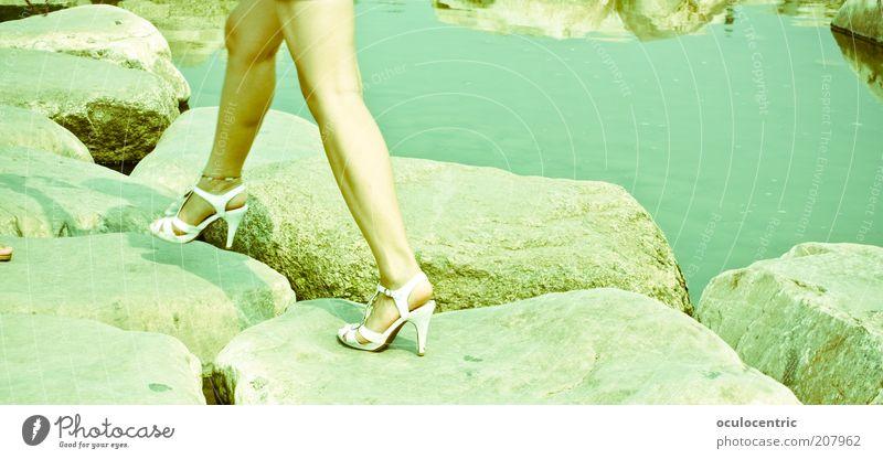 über stock und stein Mensch Jugendliche Wasser grün Sommer Erwachsene gelb feminin Bewegung Beine gold Haut ästhetisch authentisch 18-30 Jahre Junge Frau