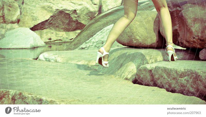sprunghaft Mensch Natur Jugendliche grün schön Leben feminin springen Stein Beine Felsen ästhetisch authentisch Junge Frau Schönes Wetter skurril
