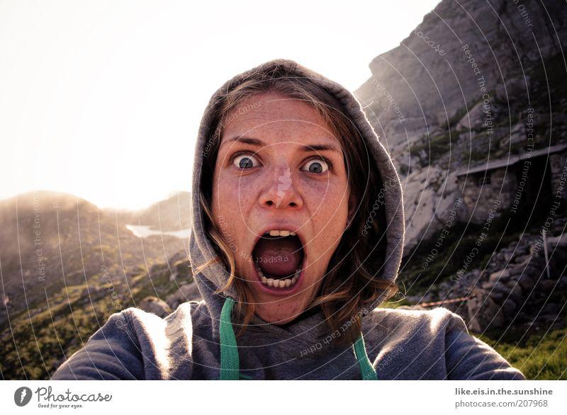 frauen die auf ziegen starren Ausflug Abenteuer Sommer Sommerurlaub Berge u. Gebirge wandern Junge Frau Jugendliche Kopf 18-30 Jahre Erwachsene Nebel Felsen