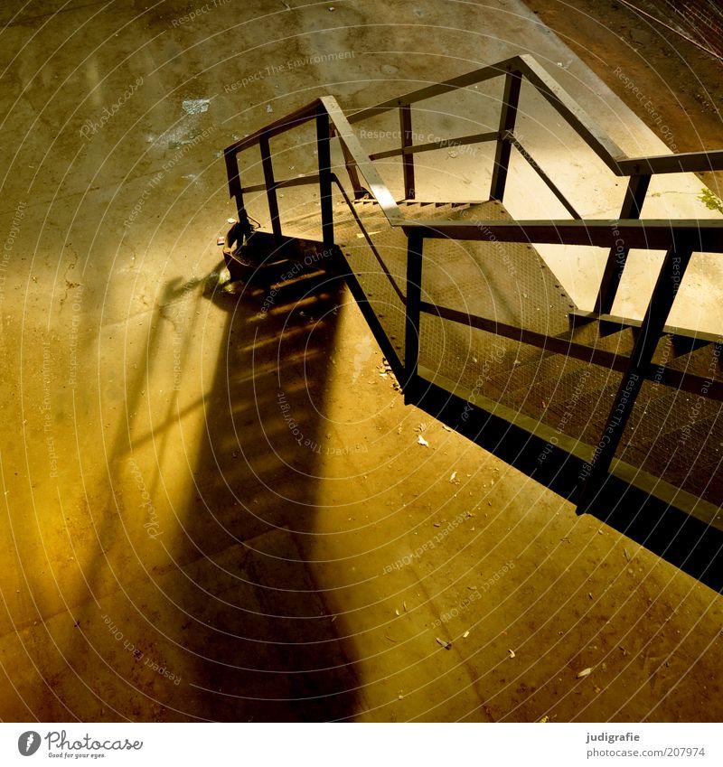 Industrieromantik Menschenleer Haus Bauwerk Gebäude Architektur Treppe dreckig dunkel Stimmung Verfall Vergänglichkeit Wandel & Veränderung Geländer Beton Stahl