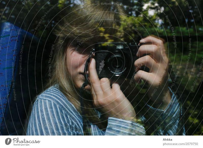 Eine junge Frau erforscht die Welt mit ihrer Kamera feminin Junge Frau Jugendliche Erwachsene Leben 1 Mensch Fotokamera beobachten entdecken festhalten