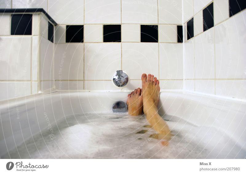 die Wanne is voll Wasser schön weiß ruhig schwarz Erholung feminin Fuß Beine Zufriedenheit Stimmung Wellness Pause Bad Schwimmen & Baden Fliesen u. Kacheln