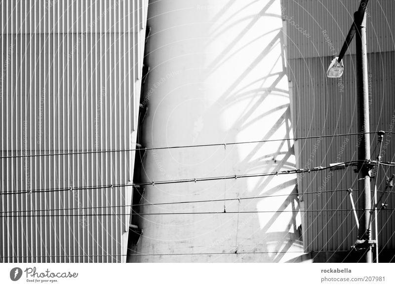 kraftwerk. weiß Haus dunkel Gebäude Architektur Energie Fassade Elektrizität ästhetisch Kabel Fabrik bedrohlich Wandel & Veränderung Laterne Bauwerk