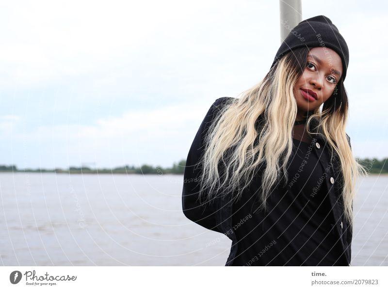 Arabella feminin Frau Erwachsene 1 Mensch Wasser Himmel Küste Flussufer Jacke Mütze brünett blond langhaarig beobachten Blick stehen warten kalt schön