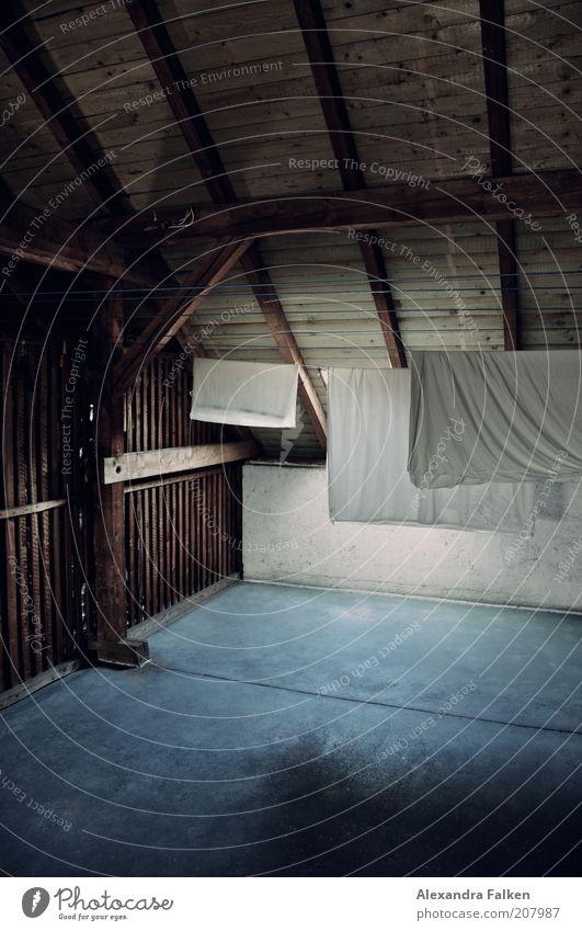 Aufgehängt III Häusliches Leben Wohnung Haus Dachboden Wäsche Bettwäsche Kissenbezug Holz Betonboden Wäscheleine Faltenwurf Wäsche waschen Wäsche trocknen