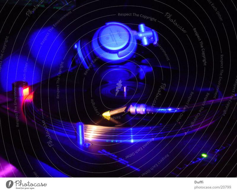 Plattenspieler im Lichtspiel Musik Tanzen Technik & Technologie Freizeit & Hobby Diskjockey Aktien Schallplatte mischen Plattenspieler