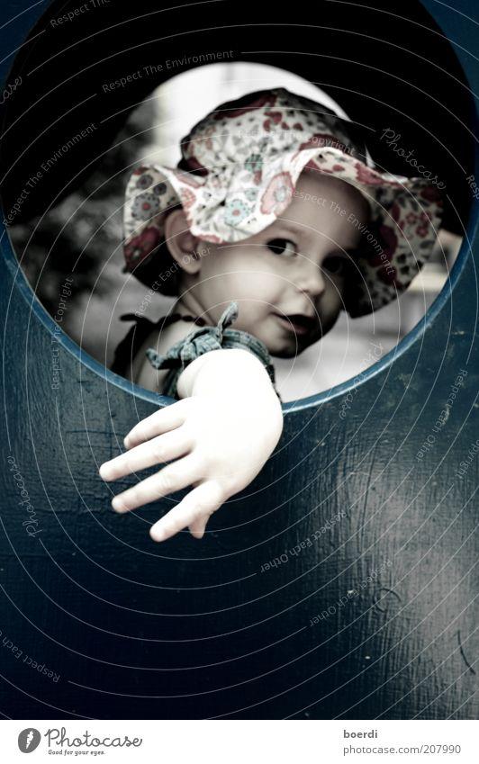 lUcky luke Mensch Kind blau Hand schön Mädchen Sommer Freude Fenster Holz Stimmung lustig Kindheit Coolness rund Neugier