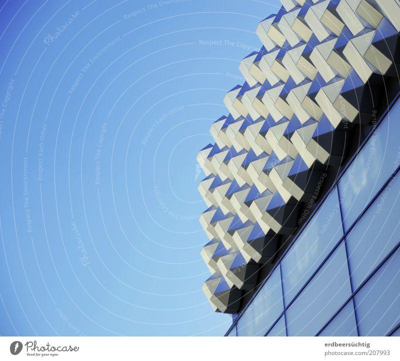 Im neuen Glanz blau Haus Architektur Gebäude Metall Glas Fassade modern retro außergewöhnlich silber Geometrie eckig Blauer Himmel