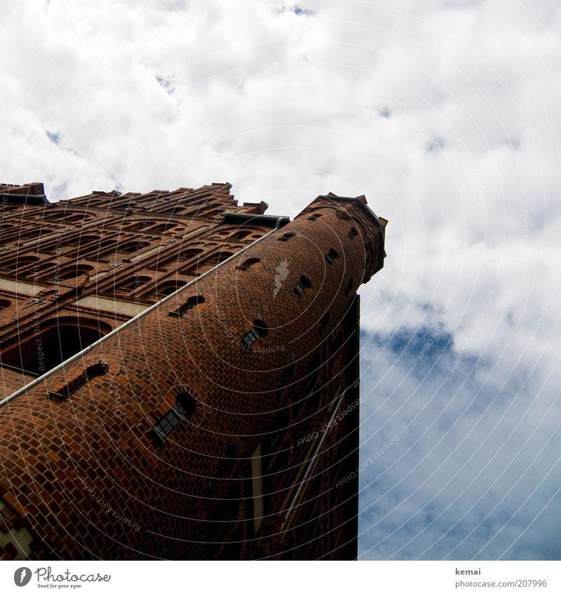 Türmchen Himmel Sommer Wolken Haus Fenster Wand Architektur Gebäude Mauer braun Fassade hoch groß Turm Bauwerk Fabrik
