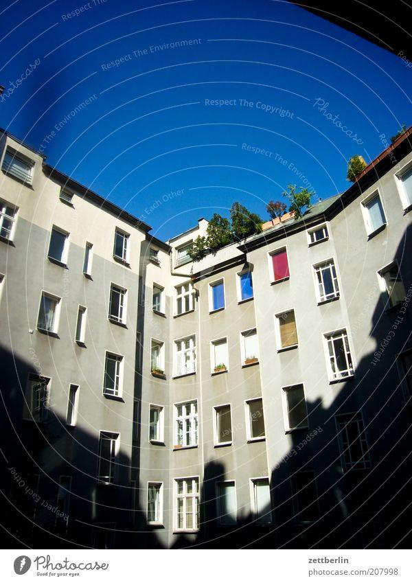 Hinten Stadt Haus Gebäude Architektur Fenster Hinterhof Schatten Innenhof Plattenbau Schöneberg Fensterfront Himmel himmelblau Häusliches Leben Hof geschlossen