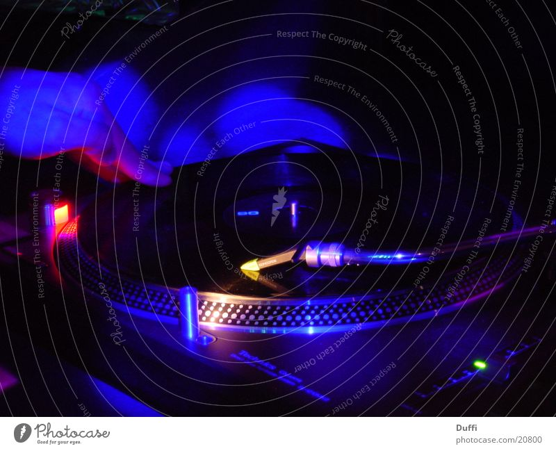 Plattenspieler im Lichtspiel Musik Technik & Technologie liegen Freizeit & Hobby Diskjockey Aktien Schallplatte mischen