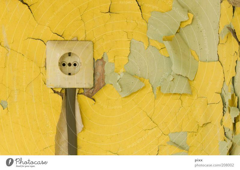 bei uns kam der strom ... alt gelb Farbe Wand Mauer Energie Sicherheit Energiewirtschaft gefährlich Kabel Kontakt verfallen Verfall Zerstörung Leitung Steckdose