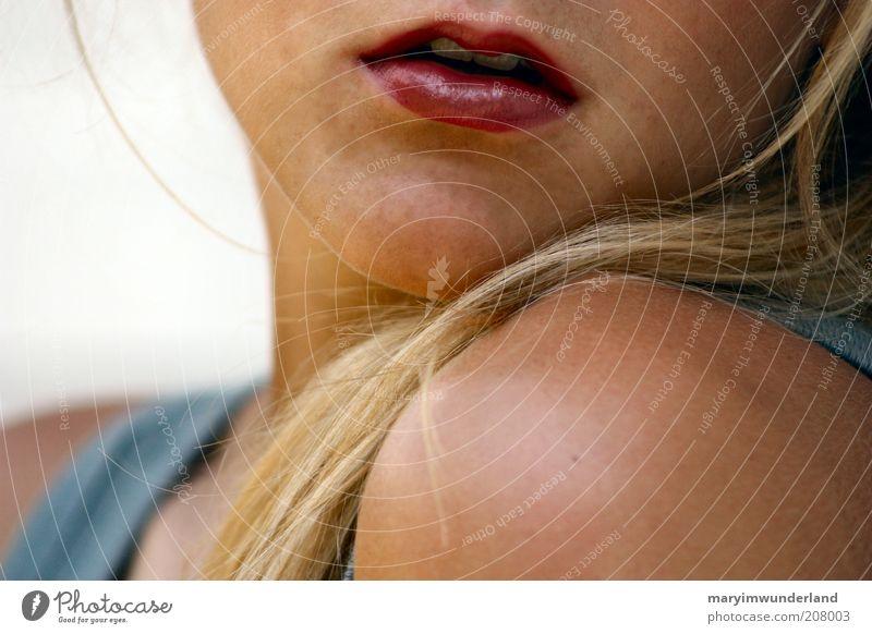 kirschrot. schön Kosmetik Lippenstift feminin Junge Frau Jugendliche Haut Haare & Frisuren Mund blond atmen genießen träumen glänzend Wärme wild weich