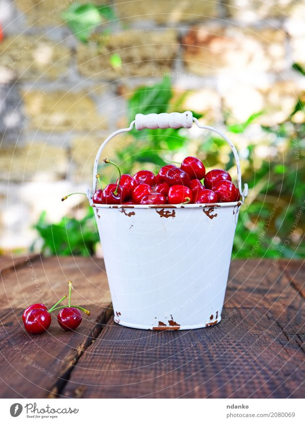 Rote reife Kirsche Frucht Dessert Ernährung Vegetarische Ernährung Diät Saft Schalen & Schüsseln Sommer Garten Tisch Natur Holz Essen frisch hell lecker