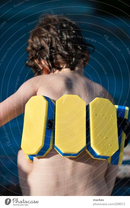 Mensch Kind blau gelb Leben Junge Glück Stimmung Kindheit Freizeit & Hobby Schwimmen & Baden nass Coolness beobachten Kleinkind Flüssigkeit