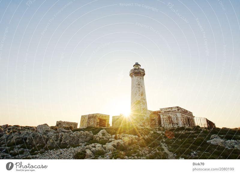 Faro di Capo Murro di Porco Ferien & Urlaub & Reisen Tourismus Natur Landschaft Himmel Wolkenloser Himmel Sonne Sonnenlicht Frühling Schönes Wetter Gras Felsen