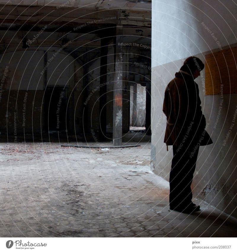 InformationsHunger Mensch alt Einsamkeit Erwachsene dunkel Wand grau Mauer braun Schilder & Markierungen Beton authentisch stehen Hinweisschild trist Industrie