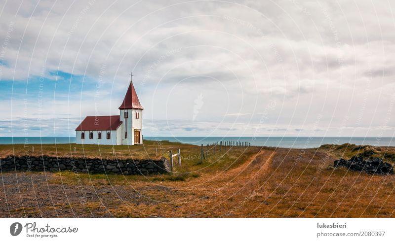 Abgelegene Kirche am Meer in Island Himmel Natur Ferien & Urlaub & Reisen Pflanze Sommer Landschaft Erholung Einsamkeit Wolken Umwelt Herbst Gefühle Küste Gras