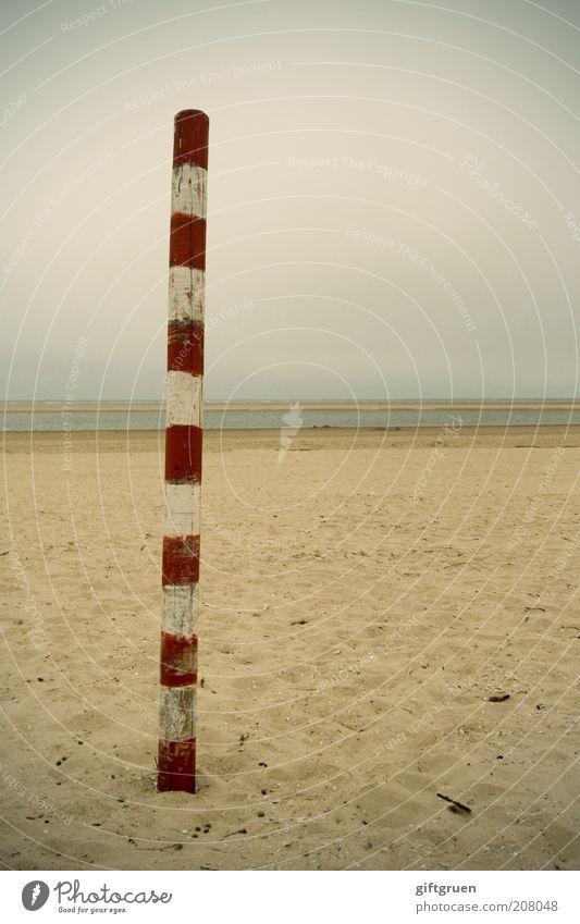 upright Umwelt Natur Landschaft Urelemente Sand Wasser Himmel schlechtes Wetter Küste Strand Nordsee dünn vertikal gestreift Streifen rot weiß Ebbe Gezeiten