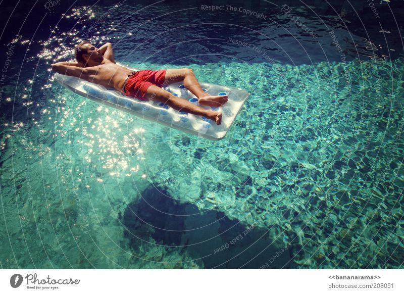 Azzurro schön Wohlgefühl Erholung Schwimmbad maskulin Junger Mann Jugendliche 1 Mensch 18-30 Jahre Erwachsene Wasser Reichtum Luftmatratze Sonnenbad Bräune