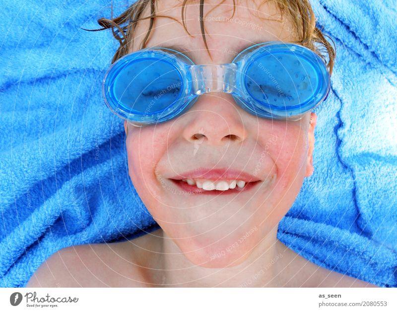 Hauptsache Durchblick Mensch Kind Ferien & Urlaub & Reisen blau Sommer Farbe Freude Gesicht Leben lustig Junge Schwimmen & Baden Freizeit & Hobby liegen blond