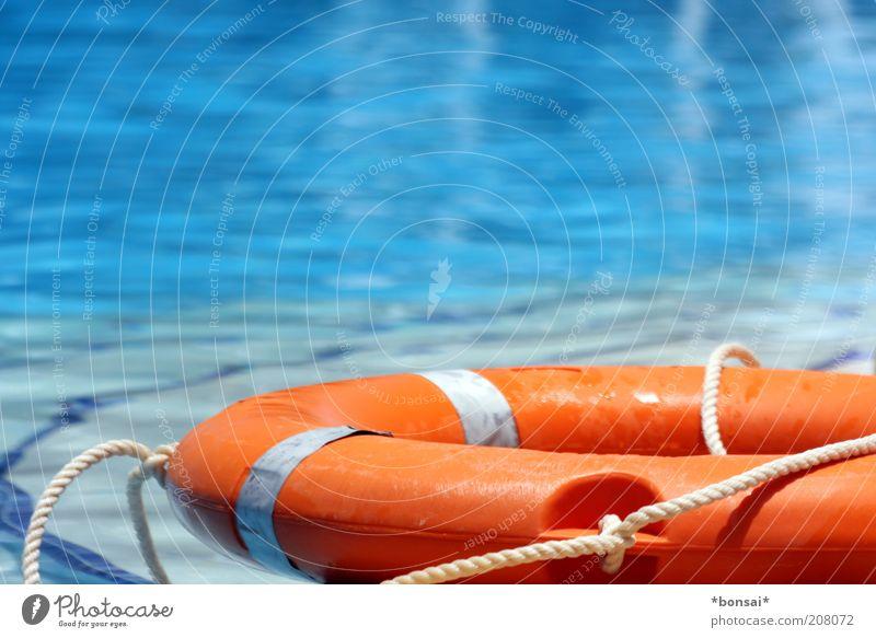 nichtschwimmer Sommerurlaub Schwimmbad Rettungsring Erholung leuchten liegen fest blau Sicherheit Schutz Hilfsbereitschaft Verantwortung Verlässlichkeit