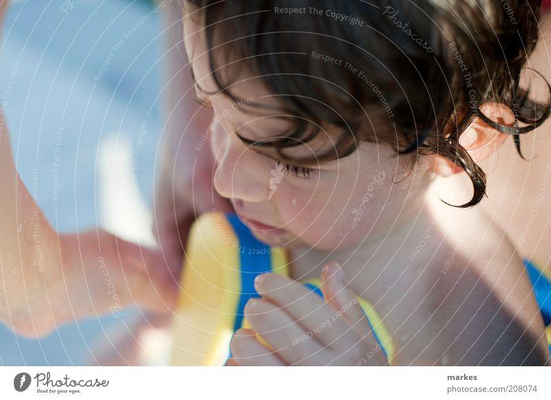 gekühlt und verärgert Mensch Kind Kleinkind Junge 1 3-8 Jahre Kindheit nass niedlich Gefühle kalt blau Ende Farbfoto Außenaufnahme Tag Sonnenlicht