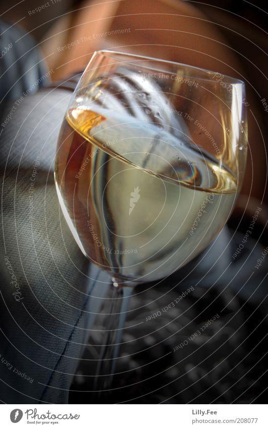 Summer Wine Wein Glas trinken süß gold Lust Alkohol Farbfoto Innenaufnahme Experiment Tag Kontrast Schwache Tiefenschärfe Weinglas Weißwein Weissweinglas Stoff