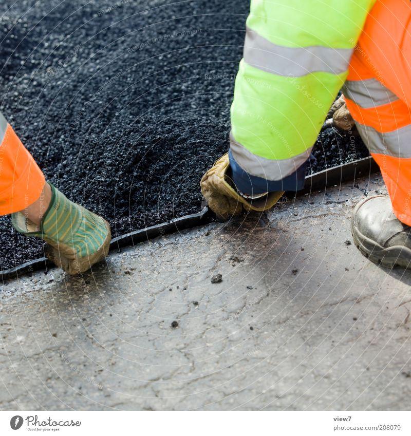 helfende Hand Mensch Straße Arbeit & Erwerbstätigkeit Zusammensein maskulin kaputt authentisch Baustelle Asphalt Dienstleistungsgewerbe machen Handwerk positiv