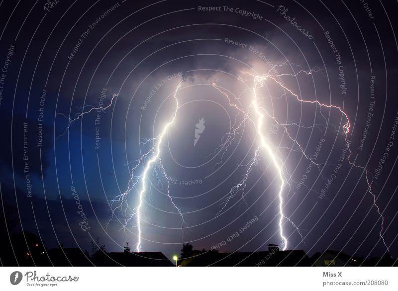 Blitz und Donner Haus hell Angst Umwelt Energie gefährlich bedrohlich Klima Nachthimmel Blitze Gewitter Unwetter Natur Klimawandel dramatisch schlechtes Wetter