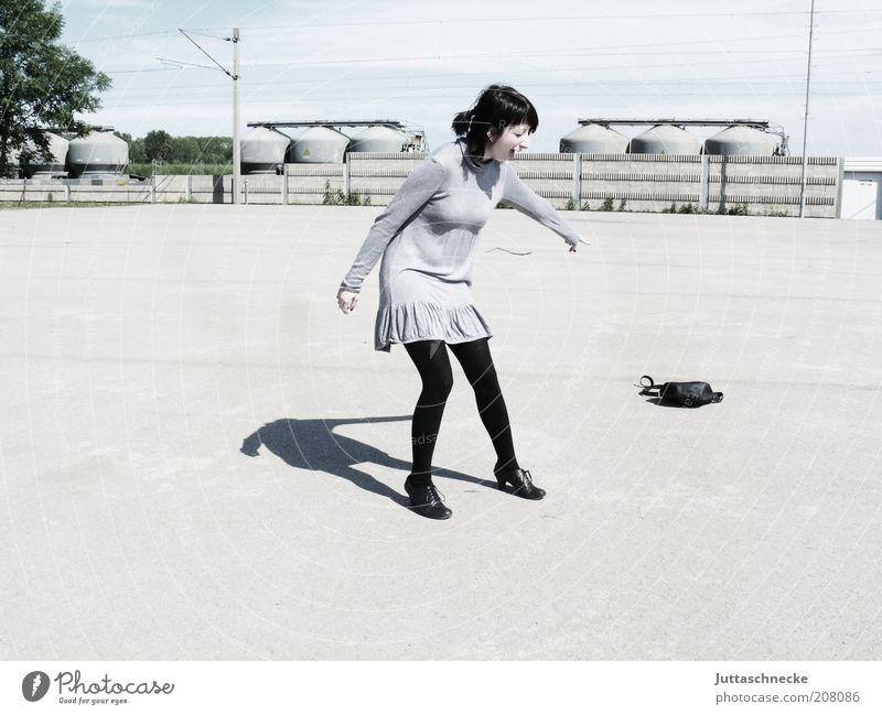 Kinder der Revolution Freude feminin Junge Frau Jugendliche Erwachsene 1 Mensch 18-30 Jahre Industrieanlage Platz Kleid Strumpfhose Tasche lachen schreien