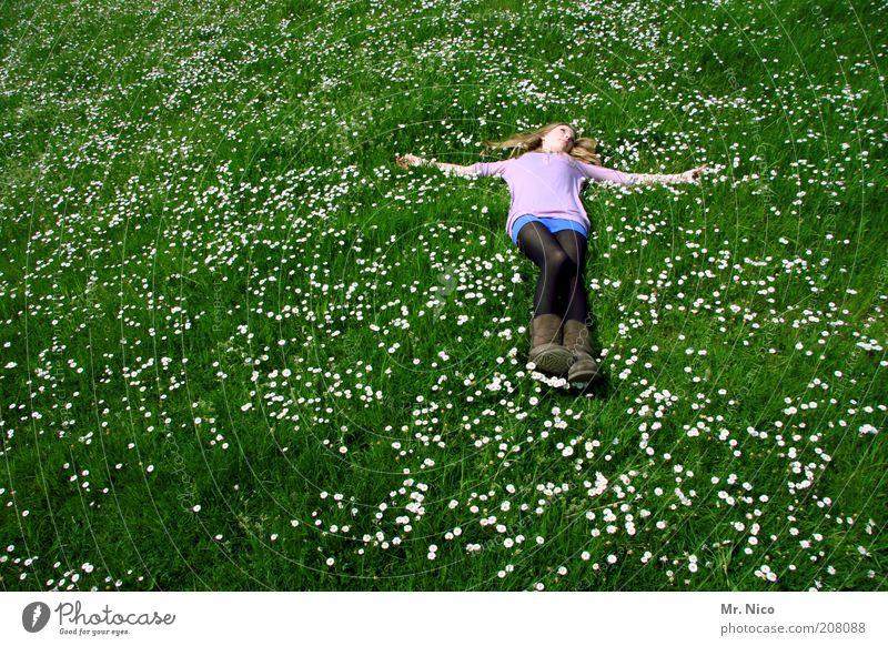 silence Erholung ruhig feminin Junge Frau Jugendliche Umwelt Natur Pflanze Gras Wiese Stiefel blond langhaarig Glück grün rosa Lebensfreude Frühlingsgefühle