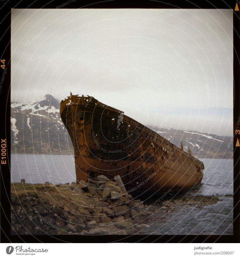 Island Natur Wasser alt Himmel ruhig Wolken Einsamkeit dunkel Berge u. Gebirge Stein Landschaft Wasserfahrzeug Stimmung Küste Umwelt Felsen