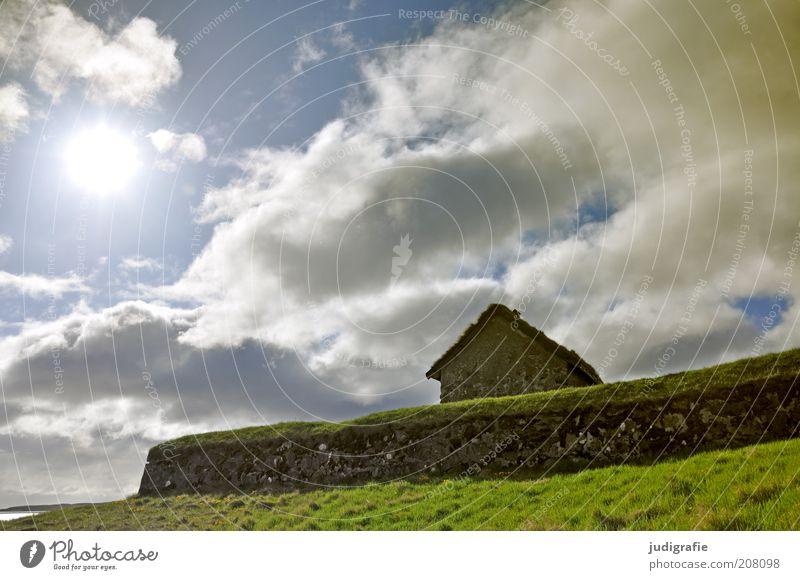 Färöer Umwelt Natur Landschaft Himmel Wolken Sonnenlicht Gras Tórshavn Føroyar Haus Einfamilienhaus Hütte Bauwerk Gebäude Mauer Wand Dach einzigartig natürlich