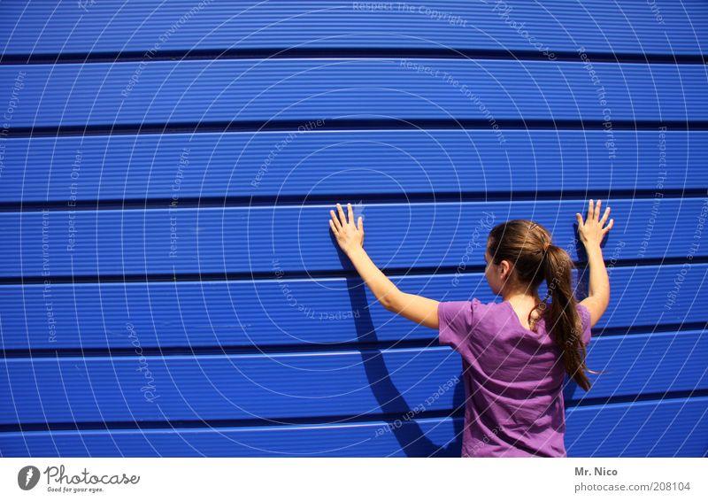 bluebox l feminin Kopf Haare & Frisuren Rücken Arme Hand Finger Mauer Wand T-Shirt langhaarig Zopf blau violett Fassade Fassadenverkleidung Hände hoch berühren