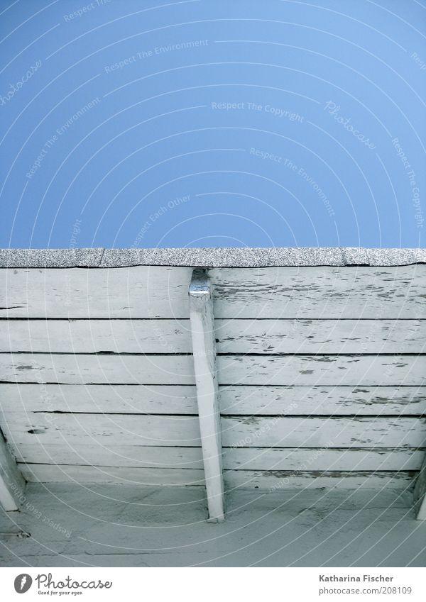 Dach zum Sommerhimmel Schönes Wetter Holz blau weiß Himmel himmelblau Holzdach Gebäudeteil Architektur Wolkenloser Himmel Vordach Blauer Himmel alt abblättern